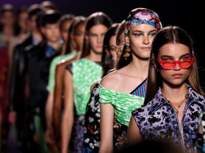 Versace, vulnerabilità scultorea di tulle e pelle