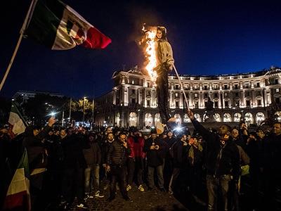 Ncc in piazza a Roma bruciano manichino di Di Maio impiccato