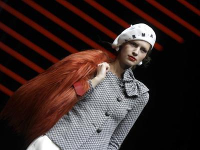 Maschera, berretto, strascico e zip: i dettagli (a sorpresa) dalle passerelle di Milano