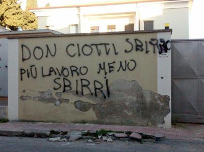 Sui muri di Locri lattacco della ndrangheta alla legalità