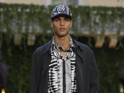 In passerella a Milano la collezione uomo PE 2018 Versace