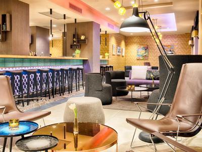 Turisti a Milano tra camere d'albergo e affitti brevi