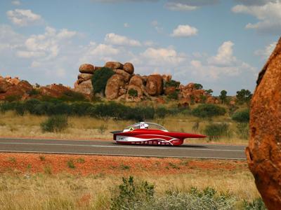 World Solar Challenge: auto a energia solare in gara nel deserto australiano
