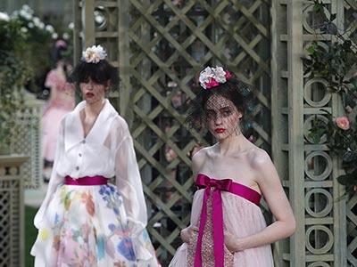 Rose, chiffon e velette: le fanciulle in fiore di Chanel