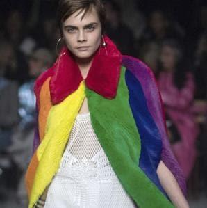 Un arcobaleno da Burberry e Cara Delevingne osa con leco-pelliccia multicolor