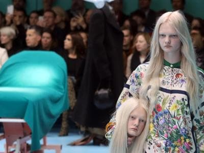 Gucci, i «cyborg» di Alessandro Michele sfilano in sala operatoria