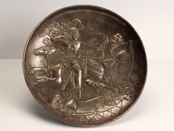 Piatto con scena di caccia equestre al leone, IV secolo d.C., argento parzialmente dorato, diam. 28,6 cm. Sari, Mazandaran, Iran settentrionale