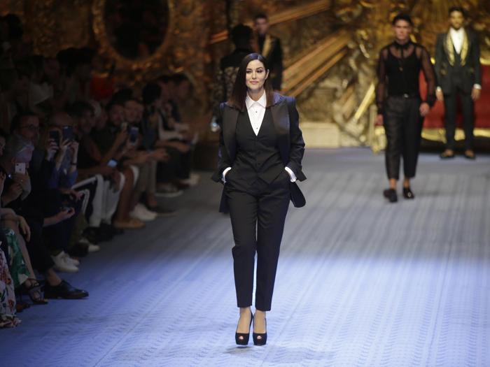 L'attrice  Monica Bellucci indossa una creazione di  Dolce & Gabbana's della primavera/estate 2019 Spring-Summer  a Milano (AP Photo/Luca Bruno)