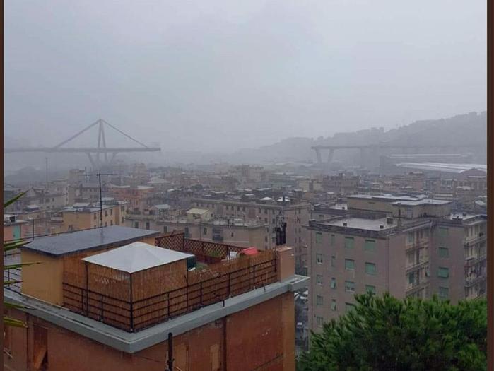 Il ponte Morandi parzialmente crollato a Genova, in un'immagine tratta dal profilo Twitter del consigliere comunale Pd Ugo Truffelli