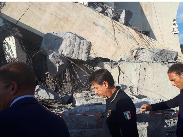 Il premier Giuseppe Conte al termine del sopralluogo tra le macerie del Ponte Morandi, Genova, 14 agosto 2018. ANSA/MATTEO GUIDELLI