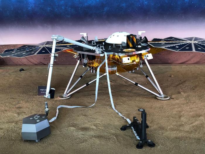 Una replica a grandezza naturale del Mars InSight della NASA, un lander robotizzato del primo veicolo spaziale progettato per studiare il suolo del Pianeta Rosso, o qualsiasi altro mondo lontano, all'interno del campus del Jet Propulsion Laboratory della NASA ( JPL) a Pasadena, California. REUTERS/Steve Gorman