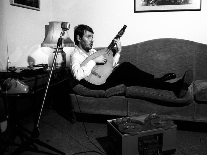 Fabrizio De Andre  nella sua casa di Genova, dicembre 1969 (Afp)