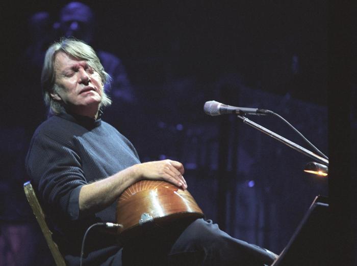 Fabrizio De Andrè in concerto al Teatro Brancaccio, nel 1998 (Agf)