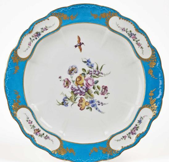 Drouot: piatto di un servizio di porcellana blu celeste di Luigi XV commissionato nel 1751 e realizzato nel 1753 da Vincennes Manufacture, oggetto di prelazione dal Castello di Versailles