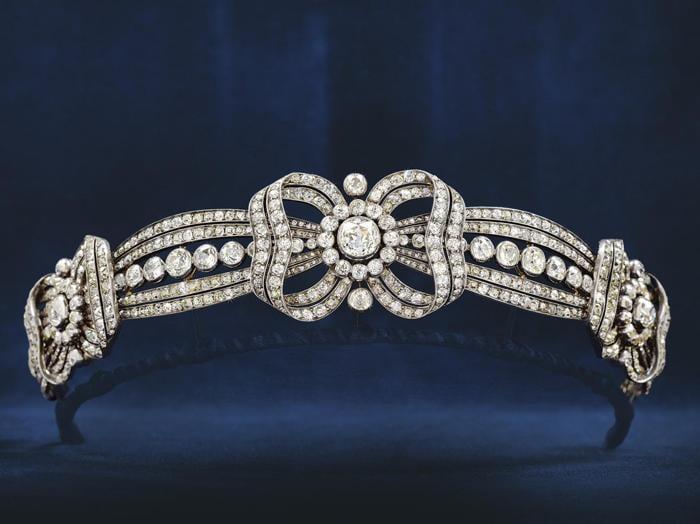 Dorotheum: il diadema di Marie-Valerie, figlia dell'imperatrice Sisi, fatto realizzare dal gioielliere di corte Köchert per il matrimonio di sua figlia Hedwing, realizzo 186.000 euro contro una stima di 60-120mila