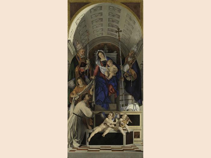 ITINERARI 16. Lorenzo Lotto.Polittico di San Domenico, 1506 - 1508. Cimasa: Cristo Morto sorretto da un angelo, san Giuseppe d' Arimatea, la Vergine e la Maddalena. Olio su tavola, cm 79,5 x 113,5 x 2,6. Pannello superiore laterale sinistro: Santa Lucia e San Vincenzo Ferrer. Olio su tavola, cm 66,5 x 67 x 2,1. Pannello superiore laterale destro: Santa Caterina da Siena e san  Sigismondo. Olio su tavola, cm 66,4 x 67,4 x 2,1. Pannello centrale: Madonna col Bambino, san Domenico  in atto di ricevere lo scapolare e i papi  Gregorio e Urbano, un angelo e due putti musicanti. Olio su tavola, cm 227,7 x 108,8 x 2,6. Pannello inferiore laterale sinistro: San Tommaso d'Aquino e san Flaviano: Olio su tavola, cm 158,5 x 66,7 x 2,4. Pannello inferiore laterale destro: San Pietro martire e San Vito. Olio su tavola, cm 158,4 x 66,2 x 2,4. Recanati, Museo Civico, Villa Colloredo Mels (particolare)
