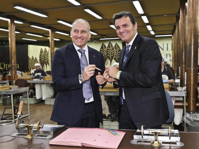 Il momento della sigla dell'accordo tra Manifatture Sigaro Toscano e il ministero Politiche agricole, nella foto Gian Marco Centinaio e  Stefano Mariotti (Ansa)