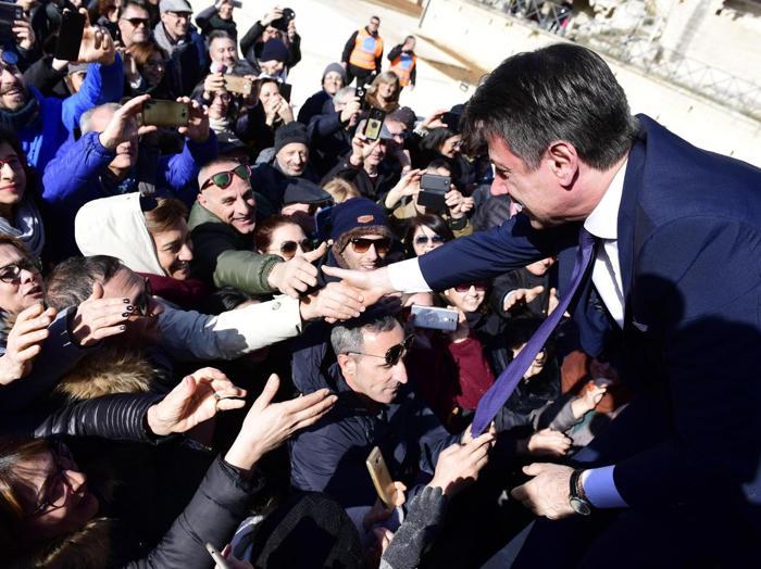 Il primo ministro Conte saluta la folla a Matera. (ANSA/ UFFICIO STAMPA PALAZZO CHIGI/ FILIPPO ATTILI)