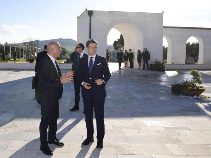 Il presidente del Consiglio Giuseppe Conte visita una masseria a Matera. (ANSA/FILIPPO ATTILI/UFFICIO STAMPA PALAZZO CHIGI)