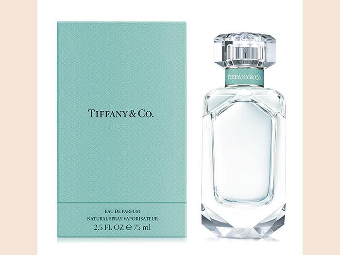 Tiffany & Co, un'eau de parfum audace e intensa che si apre con le note frizzanti di mandarino verde, per giungere al corposo Iris nobile e rivelare una scia sensuale di patchouli, avvolta da diversi musk.