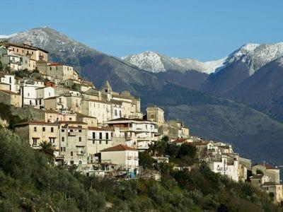 Foto e (tra parentesi) prezzi degli interi borghi storici, castelli, casali o degli appartamenti nei più bei Borghi d'Italia