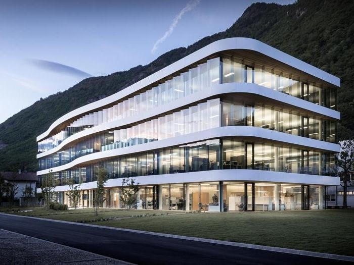Sede aziendale Dr. Schär S.p.A. , Postal – monovolume architecture design. Le facciate trasparenti e leggere sono state progettate con elementi in vetro, con una seconda facciata in lamelle di vetro inclinate che assicura la protezione solare.