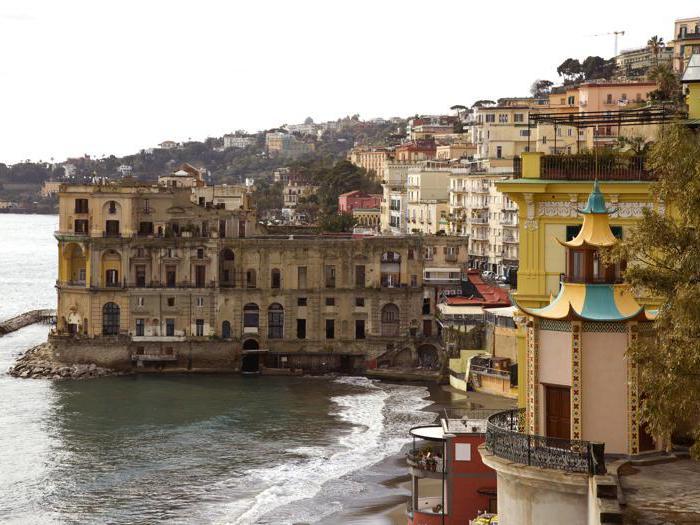 Napoli, Pagoda di Villa Doria D'Angri in primo piano. Dietro, Palazzo Donn'Anna - Foto StudioF64 © FAI - Fondo Ambiente Italiano