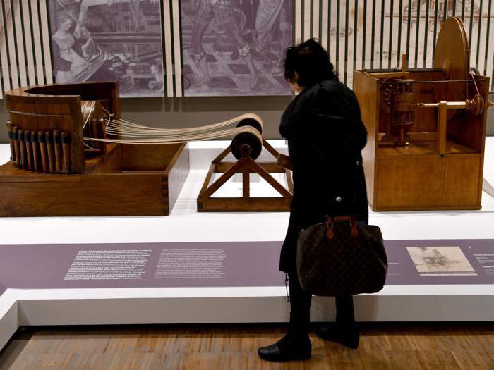 """""""Leonardo da Vinci. La scienza prima della scienza """". Una riproduzione della """"Macchina per torsioni"""" di Leonardo da Vinci (a sinistra) e della """"Ruota foderata con fuso"""" (Filatoio con fuso ad alette mobili, 1495.  (Photo by Alberto Pizzoli / Afp)"""