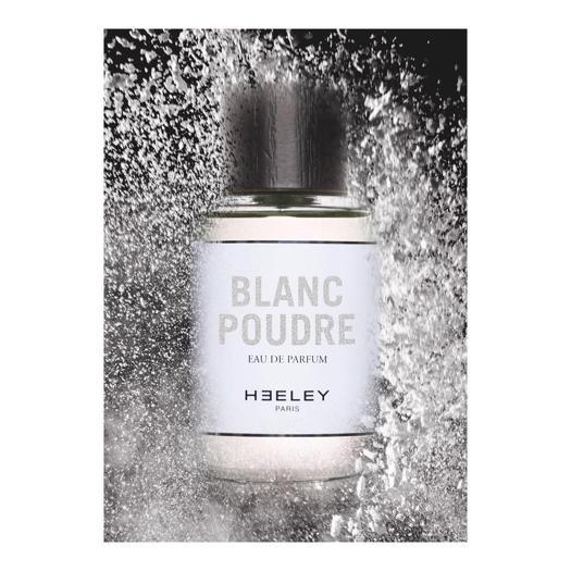 Blanc Poudre di James Heeley, una lieve brezza floreale ispirata alla porcellana francese. Un bouquet floreale con Fiore di Cotone, polvere di riso, muschio bianco, vaniglia e legno di sandalo.