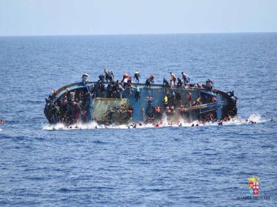 Barcone si ribalta, la Marina salva 508 migranti