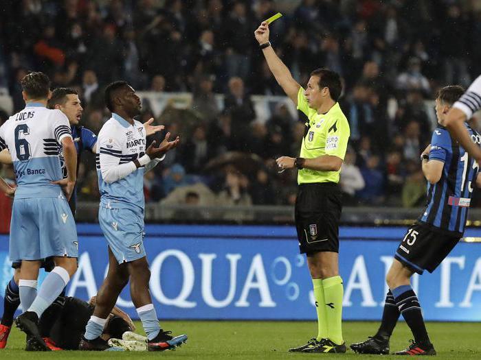 L'arbitro Luca Banti ammonisce Quissanga Bastos(Ansa/Ap)
