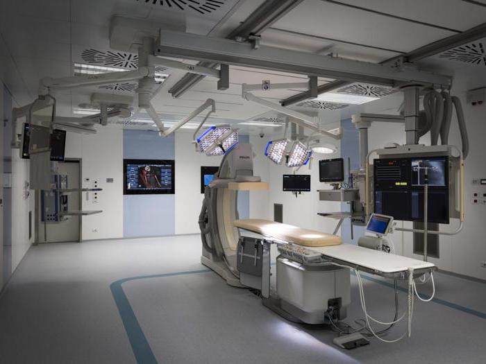Luci blu e apparecchiature hi tech la camera operatoria sembra un
