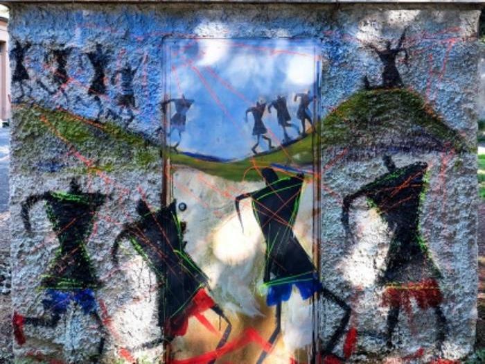 URBAN ART al S.Maria della Pietà -  Entrare Fuori è un motto di Franco Basaglia, grande protagonista, nel 1978, della chiusura delle istituzioni manicomiali, com'è stato per decenni il S.Maria della Pietà (inaugurato nel 1914). Sono stati chiusi per aprirsi alla città, in questo senso  entrare fuori  rivela il paradosso di chi aspira ad emanciparsi da un luogo di reclusione per accedere al mondo esterno. L'esplorazione del walkabout (connotata dall'uso di whisper-radio) pescherà tracce di memoria di quel luogo, a partire da quelle degli  alberi parlanti , tratte da un progetto realizzato in quel Parco anni fa. Il percorso ci condurrà presso gli interventi di urban art del progetto  Muracci nostri , tra cui alcuni realizzati con i ragazzi del centro diurno di disagio mentale e del carcere minorile. L'appuntamento è a Via Giuseppe Barellai 60 (sede Co.br.agor - Coop. Braccianti Agricoli Organizzati)