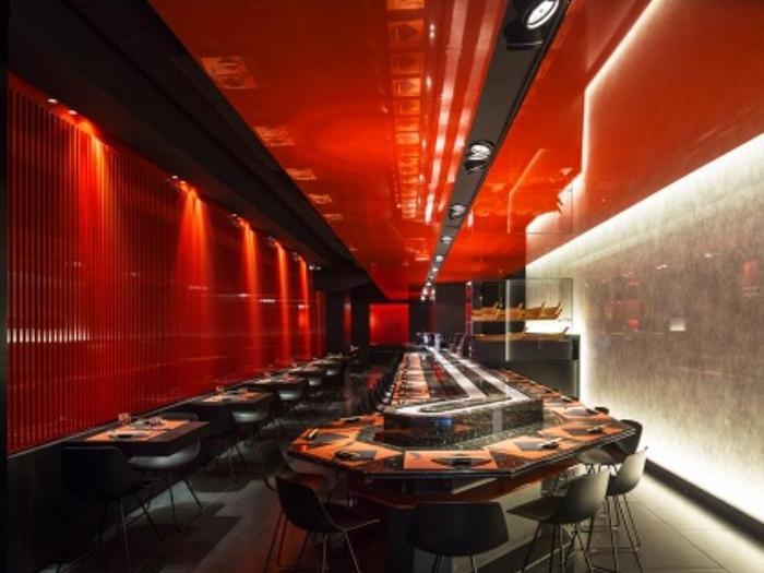 ZEN SUSHI Restaurant -  Il progetto è ispirato dai camminamenti nella foresta delimitati dalla successione di portali di legno neri e rosso arancio lucido, che conducono ai templi di Fushimi Inari a Kyoto, di cui riproduce i colori e le suggestioni. Lo spazio è concepito come un percorso, una successione di passaggi e cambi di direzione che svelano gradualmente gli ambienti senza mai chiudere la prospettiva, invitando a proseguire verso l'interno del locale, dove un'illuminazione puntuale e scenografica lascia nell'oscurità l'involucro spaziale, facendo emergere solo le linee tese dei piani dei soffitti sospesi e delle pareti dello stesso rosso arancio lucido dei templi di Kyoto