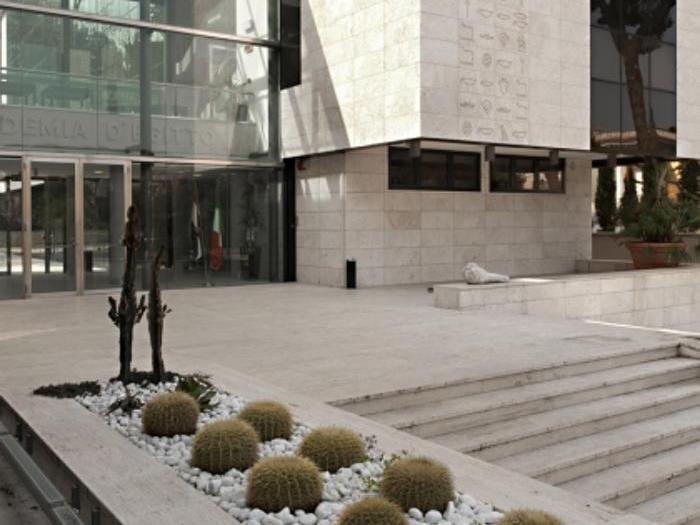ACCADEMIA D'EGITTO - L'idea di creare l'Accademia di Belle Arti d'Egitto nasce nel 1929, grazie all'artista egiziano Ragheb Ayad. Egli aveva infatti visto qualcosa di estremamente fruttuoso nel progetto di rappresentare, all'estero, il proprio paese nel campo artistico, lavorando sulla possibilità di avere un luogo adatto per la creatività degli artisti egiziani al fine di stimolare i loro talenti. L'Accademia è stata recentemente oggetto di una ristrutturazione che ha interessato il completo rifacimento degli interni e della facciata. L'edificio ospita il primo Museo Egizio a Roma che vanta pezzi di inestimabile valore provenienti dai principali musei egiziani
