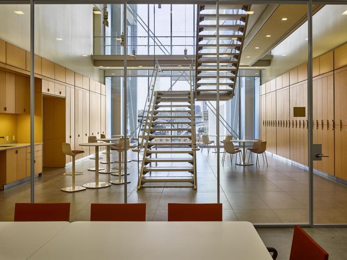 Il  Jerome L. Greene Science Center  a New York - spazi comuni e scale di collegamento (tra due livelli)   - Progetto: Renzo Piano Building Workshop - Foto:  Columbia University/Frank Oudeman