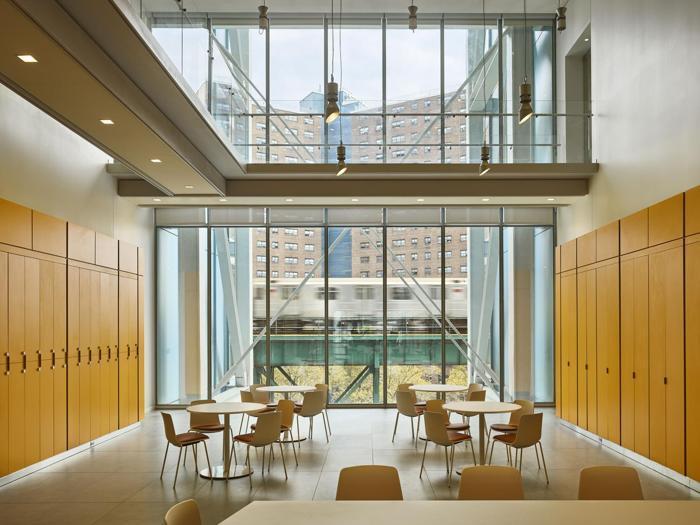 Il  Jerome L. Greene Science Center  a New York - spazi comuni a doppia altezza    - Progetto: Renzo Piano Building Workshop - Foto:  Columbia University/Frank Oudeman