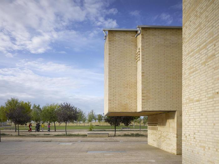 Luis Martínez Santa-María,  27 social houses (Spagna) - Foto:  Roland Halbe